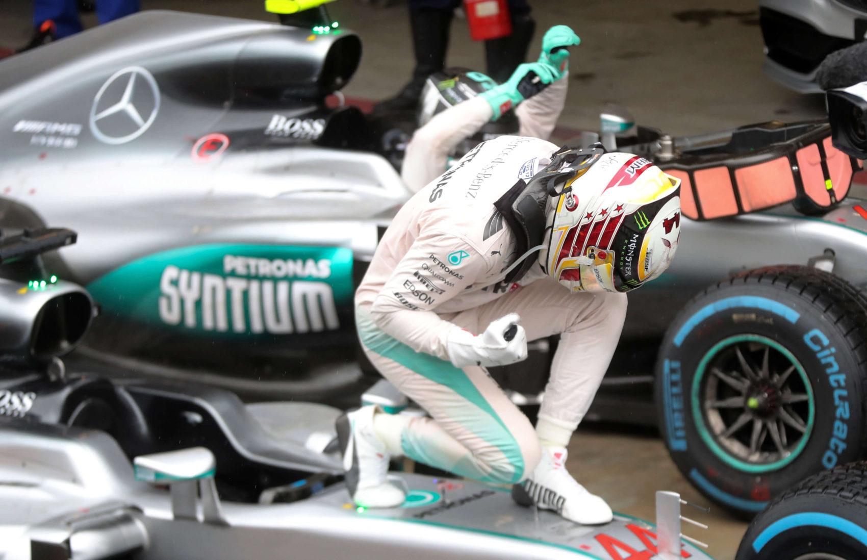 52 víťazstiev a24 okruhov Lewisa Hamiltona