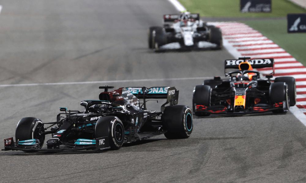 Hamilton a Verstappen počas Veľkej ceny Bahrainu