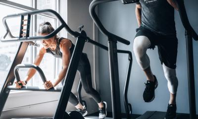 Muž a žena cvičia v posilňovni